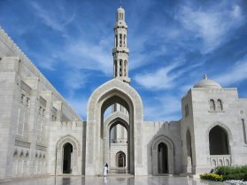 sultan-qaboos-grand-mosque-in-muscat-oman-arch